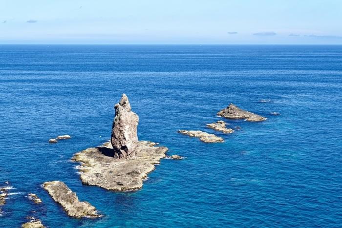神威岬の少し沖には、海底から垂直に突き出たローソクのような形をした神威岩があります。  神威岩には、悲しい伝説があります。奥州から落ち延びた源義経は、日高に身を隠します。首長の娘、チャレンカは義経を慕いますが、義経は追ってから逃げ伸びるために積丹へと旅立ちます。義経を追ってチャレンカも神威岬まで辿り着きますが、既に義経一行は出航した後でした。残されたチャレンカは悲しみのあまり、岬から身を投げ、チャレンカの化身として神威岩ができたと伝えられています。