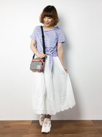 合わせやすい白の刺繍スカート。 スニーカーと合わせれば可愛いだけじゃなく、たくさん歩けるのでお買い物に出かける日にもおすすめです。