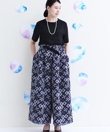 あさがおの刺繍を幾何学的に並べた美しいパンツは、サマーニットやブラウスと合わせて大人の着こなしを楽しんで。