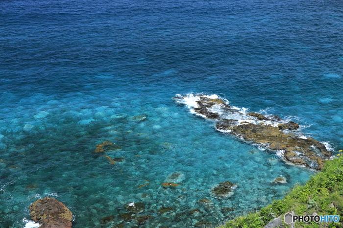 日本海に面して突き出ている数々の岬では、切り立った断崖、押し寄せては引いてゆく波、岩壁に当たり砕け散る白いしぶきが融和した絶景を臨むことができます。