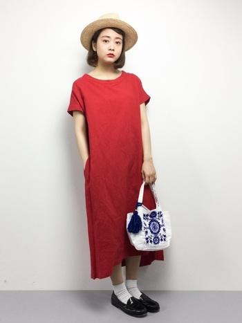 鮮やかな赤のワンピースは、こんな白×ネイビーの刺繍バッグを合わせてシンプルに仕上げるのがおすすめです。