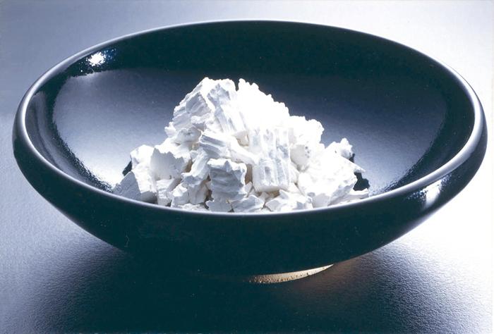 葛粉はこんなに綺麗な白い色をしています。 葛という植物の根の部分を使っています。葛粉を選ぶ時には「本葛」といった表記がある本物の葛100%のものがおすすめ。