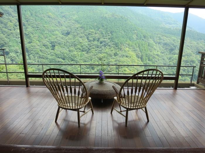 日本一予約をとるのが難しいと言われる宿「箱根吟遊(はこねぎんゆう)」。その「箱根吟遊」を代表するのが、『ハンス・J・ウェグナー』の「ピーコックチェア」。旅気分が盛り上がる、完璧な眺めですね。