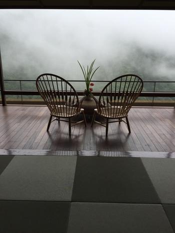 「ピーコックチェア」は最上階のロビーに設置されています。 朝もやに煙る山並みも◎ 春夏秋冬、色々な箱根の景色をこの椅子は眺めているのでしょう。