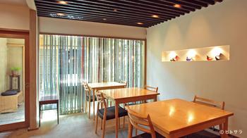 京都の老舗ちりめん山椒屋さんのカフェ「やよい」では、美味しいちりめん山椒をつかったごはんなどがいただけます。  お店はまさに北欧モダン。『ニールス・O・ムラー』の代表作「No.78」がゆったりと並び、京都の風情とも相性抜群です。