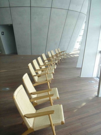 国内で最も手軽に名作チェアに腰かけられる場所は、もしかするとこの「国立新美術館」かもしれません。  ずらりと並ぶ『ハンス・J・ウェグナー』のイージーチェア「CH-25」。実際に座れるので、座り心地を堪能しましょう。