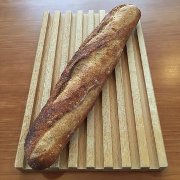 自家製レーズン種を使った天然酵母のフランスパン。外側はパリッと香ばしく、内側はもっちりふわふわ♪噛めば噛むほど甘みが口いっぱいに広がります。