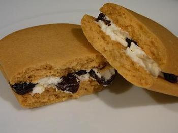 そして「かをり」のおすすめの逸品といえばこの「レーズンサンド」。マーガリンを使ったレーズンサンドも多い中、「かをり」のレーズンサンドは上質なバターを使ったホームメイドのクッキーがポイント♪一口食べればフワッとかおるバターと、ゴロゴロ入ったレーズンの甘酸っぱさが口いっぱいに広がります。