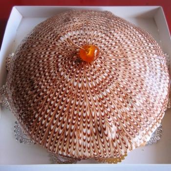 """浜志""""まんのおすすめは、なんといっても60年近く愛されているこのボストンクリームパイ。その名の通り、アメリカボストン生まれの「ケーキ」です。当時、パイ皿を使ってスポンジを焼いていたので「パイ」という名前が付いたそう。"""