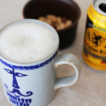 """マグカップには前後で違った表情の""""パパ""""が描かれています。どちらもとてもユニークですね。  デザインだけでなく、実用性も抜群!400ml以上の容量があるので、コーヒーなら1杯でたっぷり楽しめますし、夜には缶ビールを飲むビアマグとして使っても◎ 350mlなら丸々1缶入りますよ。"""