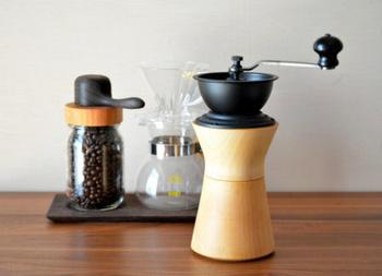 伝統的な「工芸」と緻密な「工業」を融合し、優しいながらも機能的な商品を提案している「MokuNeji(モクネジ)」と、コーヒー機器の総合メーカーである「Kalita(カリタ)社」がコラボレーションして作り上げた極上のコーヒーミル。