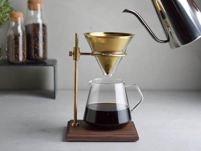 スタンド、ステンレスフィルター、ブリューワー(フィルターをセットする容器)、サーバー、ホルダーがセットになっているので、豆とポットがあればすぐに淹れることができます。このスタンドを使って、ガラス製のサーバーにポタポタとコーヒーが滴る様子は、まるで理科の実験のような雰囲気も。そこも男心をくすぐるポイントかもしれませんね。