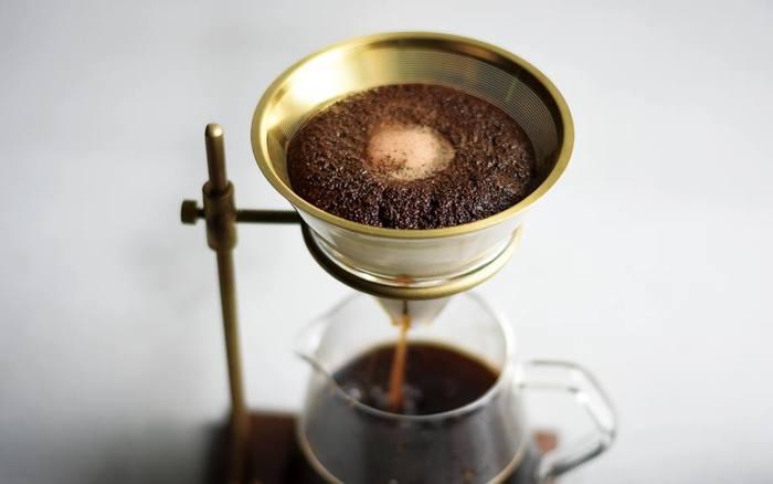 ステンレス製のフィルターはうまみ成分を多く含むコーヒーオイルもたっぷり抽出。ペーパーフィルターとはまた違った味わい深いコーヒーを楽しむことができます。