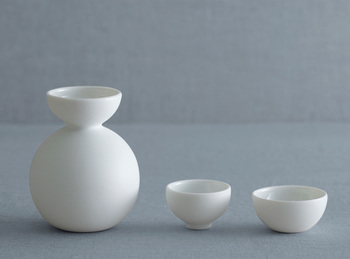"""""""瀬戸物""""の由来とも言われている、愛知県瀬戸市にある「ceramic japan(セラミックジャパン)」が提案する、なんとも可愛らしい酒器セット。コロンとしたフォルムと透き通るような磁器の白は、晩酌をさらに和やかなものにしてくれます。"""
