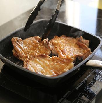 男の料理、と言えばやはり「肉料理」!たまにはちょっぴりいいお肉を買ってきて、お家でパパが豪快に焼くなんていうご家庭もあると思います。  そんなときにおすすめなのが、調理器具メーカー「MEYER(マイヤー)」のグリルパン。別売りのグリルプレスがあれば初心者さんでも簡単に美味しそうな焼き目を付けることができます。プロのような網目模様の焼き目だって可能です。