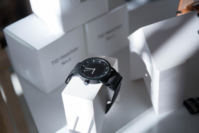 「TID Watches(ティッドウォッチ)」は、スウェーデン発のまだ新しいウォッチブランドですが最近おしゃれさんの間で注目のブランドでもあります。  北欧らしい無駄のないデザインはおしゃれな男性にもぴったり。ナイロンベルトは程よいリラックス感も演出してくれるので、時計もオン・オフ使い分けたい人にもおすすめです。