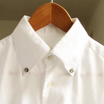 さりげなくファッションに溶け込みつつ、きちんと存在感があります。光の当たり具合で変わるきらめきは襟元を上品に見せてくれそう。