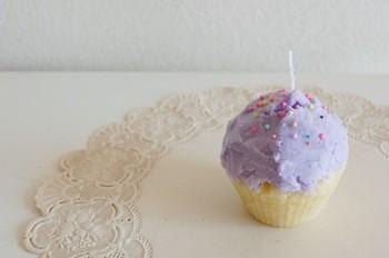 カップケーキの型で作った土台に、別に作ったキャンドルを上にふわふわと乗せてカップケーキ風に仕上げるなんて可愛いですね。それぞれ上下色を変えたり、パステルカラーだけでつくっても◎!