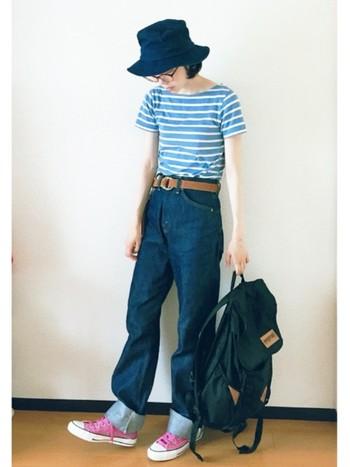 元気なボーダーTシャツに、メンズライクな折り返しデニムを合わせたカジュアルコーデ。デニムと同系色のハットを選んで統一感を出して。