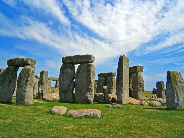 遠望すると、石柱が立っているだけのように見えるストーンヘンジですが、間近で見る巨石の大きさには圧倒されます。ひとつひとつの石は、高さ4メートルから5メートルほどで、重さは50トンを超える巨石です。