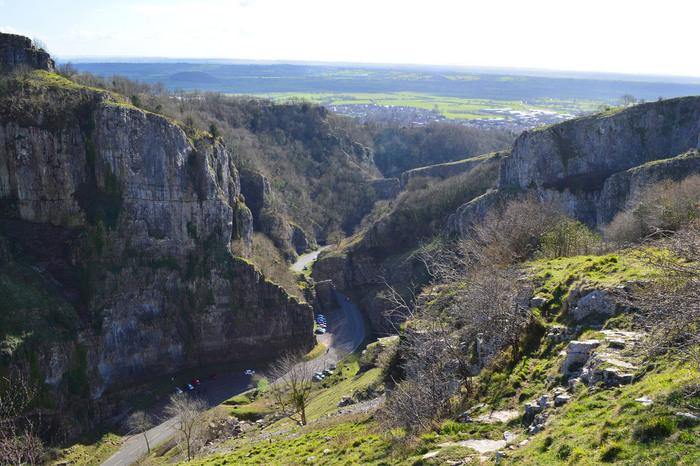 チェダーチーズ発祥の地として知られるイングランド南西部の街、チェダー郊外には、イングランド最大の渓谷、チェダー渓谷があります。