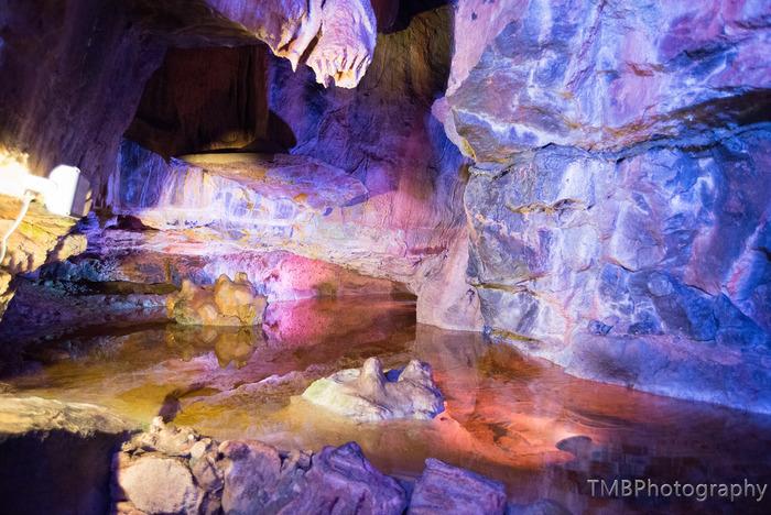 チェダー渓谷では、大規模な鍾乳洞の洞窟があります。昼間でも薄暗くひんやりと冷たい空気が漂う空間で、ライトアップされた神秘的な鍾乳石を眺めていると、未開の地へ冒険に赴いているような錯覚を感じます。