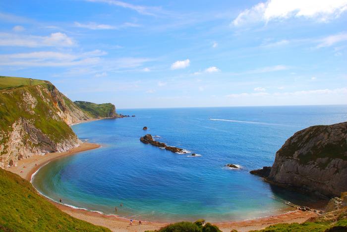 ジュラシックコーストとは、イングランド南部のデヴォン州からドーセット州にかけて広がるイギリス海峡に面した海岸です。透き通る碧い海と、美しい海岸線が織りなす風光明媚な景色が広がるジュラシックコーストは、「ドーセットと東デヴォンの海岸」として世界遺産にも登録されています。