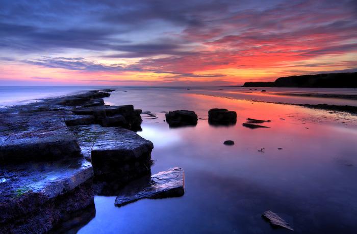 ジュラシックコースで眺める夕暮れの美しさは格別です。沈みゆく夕陽で紅に染まった雲、徐々に藍色へ染まってゆく空、夕暮れ空を鏡のように写す海面が融和し、神々しいほど美しい景色をつくり出しています。