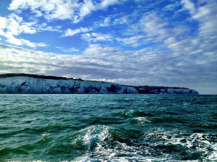 ホワイトクリフは、イギリスとヨーロッパ大陸を隔てるドーバー海峡に面した白亜の断崖です。セブンシスターズよりは規模が小さいながらも、南イングランド有数の景勝地として多くの観光客がこの地を訪れています。