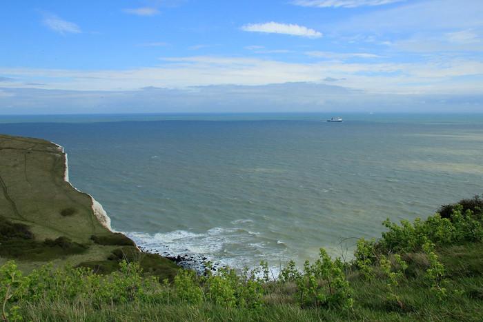 ホワイトクリフの上から眺めるドーバー海峡の美しさは格別です。晴れた日には、ヨーロッパ大陸が見えており、まさにこの地がイギリスにおける海の玄関口であることを物語っています。