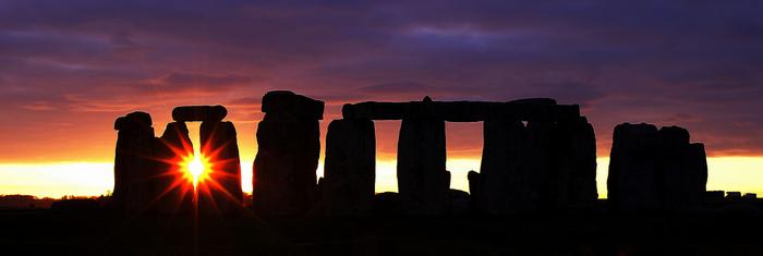 何の目的で、どのようにしてこの古代環状列石遺跡を造ったのか、数世紀にわたり、多くの歴史家や考古学者が様々な仮説を唱えてきましたが、明確な解答はまだ得られていません。しかし、ストーンヘンジを造った古代の人達の偉業は、数千年の時を経た今も敬意を払われ続けています。