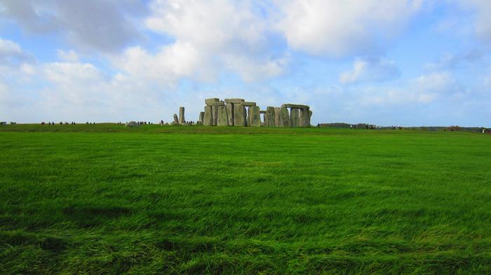 ストーンヘンジは、イギリス南西部の街、ソールズベリーから約15キロメートル離れた場所に円状に直立した巨石群です。その歴史は古く、約4500年前に古代の人々がストーンヘンジを造ったと伝えられています。地平線が見えるほど広々とした緑豊かな平原に無機質な灰色の石で造られたストーンヘンジが忽然と姿を現わした瞬間、その神秘さに、なぜか宇宙を感じてしまうような不思議な感覚にとらわれます。