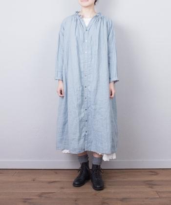 一年中着ることができるリネン素材のシャツワンピース。こちらはなんと前後で着ることができるんです。ワンピースとして着るときも、ボタンをフロントにするか、バックにするかで印象が変わります。