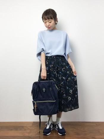 ギャザースカートと合わせたガーリーなコーデ。上品な雰囲気があるKARHUなら、きれいめスタイルに投入すれば適度にカジュアルダウンしてくれるアイテムになります。