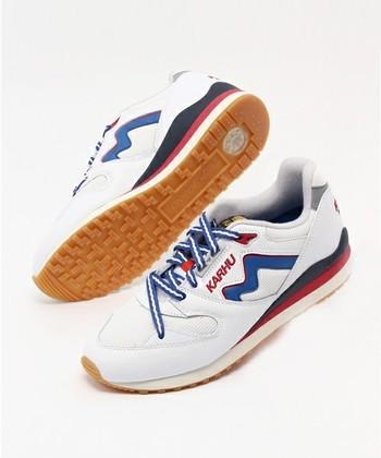 特徴的なのは、甲部分からつま先にかけて斜めにかけられている靴紐。これは足が靴の中で動かないようにして、ホールド感を高めるためなのだそう。