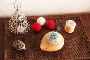 羊毛フェルトを差し固めて作ったピンクッションです。木の優しいぬくもりと可愛らしい表情にお裁縫タイムも楽しくなりますね。