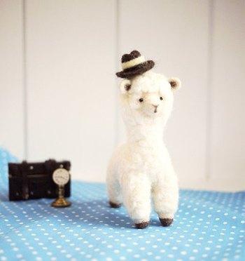 最初はキットを活用するのもいいですね。写真のアルパカのキットには、羊毛フェルト・目・テキストなどがついて安心です♪羊毛やニードルは100円ショップにも売っているので、手軽に始められます。
