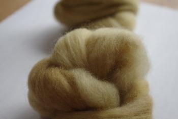 マスコットを作る時は、まずベースの色を白などと決めて、その上から好きな色を重ねていくと、カラーの羊毛の量が少なくて済みます。ベースには、わた状になっていて扱いやすい「ニードルわたわた」が人気です♪