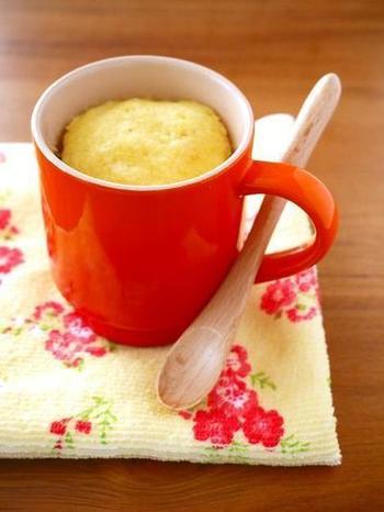 こちらは朝食に楽しみたいコーンスープを混ぜたマグカップ蒸しパン。材料3つでとっても簡単。ツナやベーコンなど具を混ぜてもおいしそう。