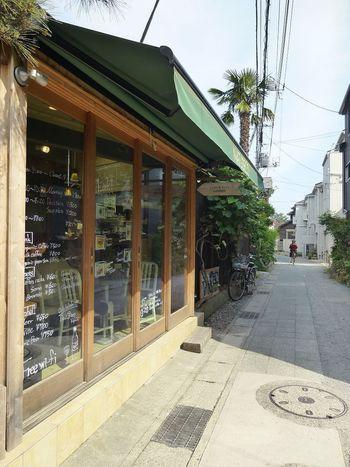 長谷寺の目の前の由比ヶ浜通りから一本裏手の路地に入ったところにある、隠れ家的カフェがこちらの「ナチュデコ」です。ガラス張りの店内はフランスのカフェのようで素敵です。