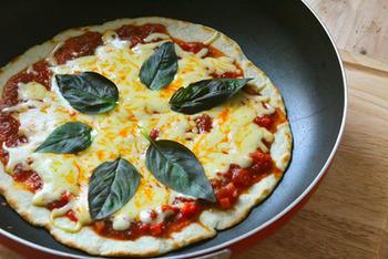 トマトとバジルはイタリアンではおなじみの組み合わせですね。 ピッツァマルゲリータは、トマトとチーズ、バジルのピッツァ。そもそもイタリアのマルゲリータ王妃が、イタリアの国旗のようなこのピッツァに、自分の名前を与えたと言います。王室も認めたぴったりコンビ。 トマトと一緒に育てたバジルで、フレッシュなピッツァはいかがですか?
