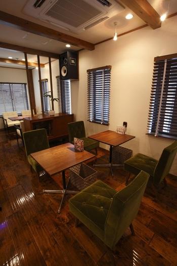 ビーフシチューがとっても有名なカフェ「しんがい通り」は、シングルソファもあり、疲れた体をゆっくり休ませることが出来ます。