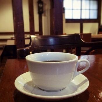 JAZZのBGMを効きながら、丁寧にいれてくれたコーヒーに身をゆだねていると、異国にタイムスリップしたような不思議な感覚になります。コーヒーの味もお店の雰囲気も楽しめる、コーヒー好きにはたまらない大人なカフェです。