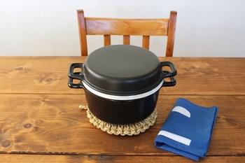煮る・焼く・蒸すと、とっても使い勝手のよい陶器で出来た「三とく鍋」。ふっくらとしたフォルムもなんだかとっても愛くるしい♪