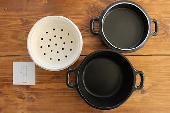 煮るときは深い鍋でシチューやスープを、焼くときは薄い方で焼き、蒸すときは深い鍋にお湯をはり、ざる上の陶器の上に蒸し物を並べて、焼き用の薄い鍋でふたをすればOK。蒸し野菜なんかはそのまま並べればいいのでとっても便利です!
