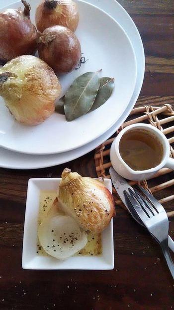 ローリエと共に蒸し器に新玉ねぎを入れて蒸すことで、旬の新玉ねぎの旨みがぎゅーっと凝縮されます。更に焼き目をつけることで香ばしさもUP!野菜本来の甘さを楽しめるレシピです。