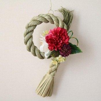 冬のお花をモダンにあしらったしめ縄リース。洋風なお部屋にもぴったりです。