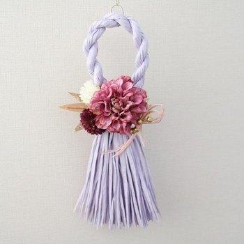パープルのしめ縄は、ダリアとマムと笹が水引と一緒に飾られています。モダンな洋室に引立つデザイン。