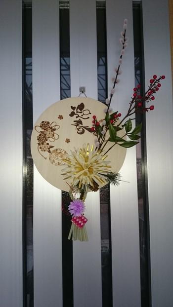 南天と松、金銀の菊をあしらいました。迎春の円形の板が素敵ですね。