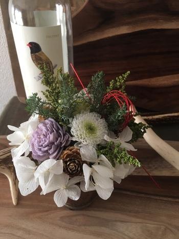 プリザーブドフラワーというウエディングなどでも使われるお花。これを使って作る豪華な水引飾りは、和にも洋にも合わせやすいモダンなお正月飾りとして活躍します。